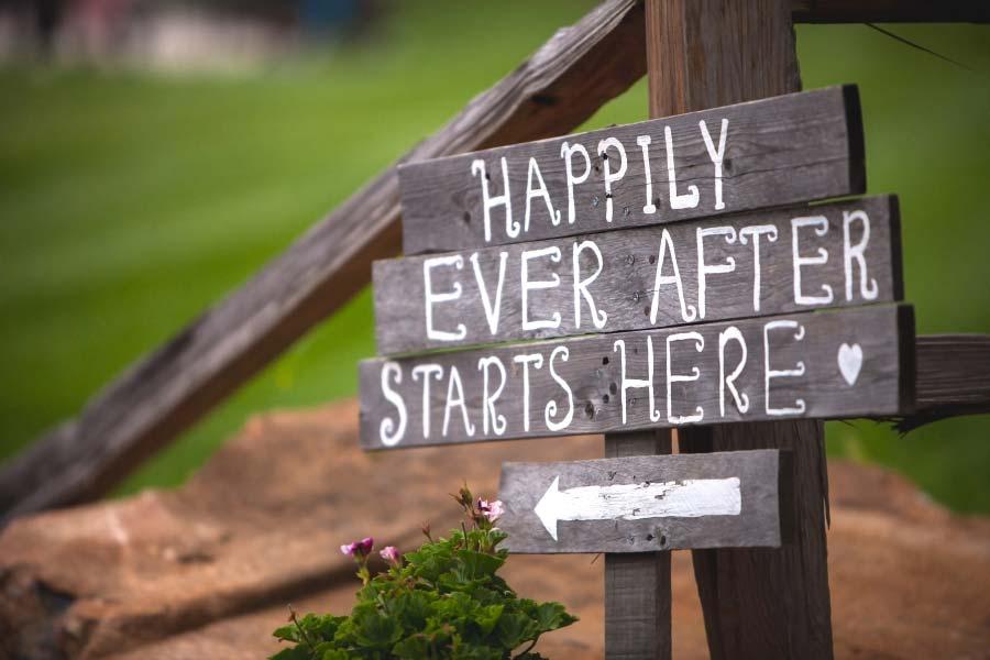 Ideen für Schilder beim Empfang der Hochzeit: Happily ever after starts here