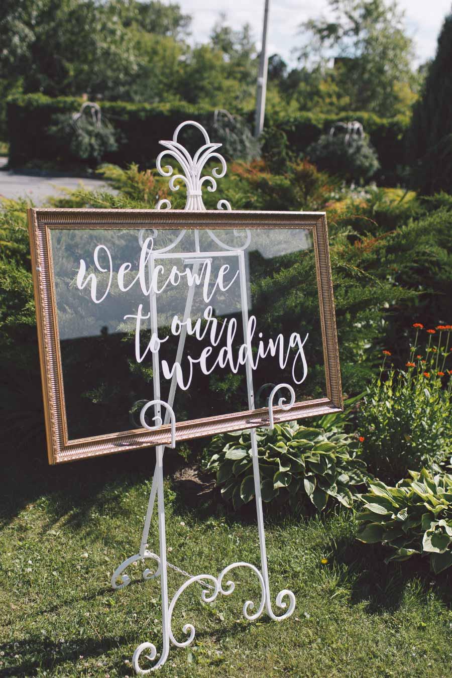 Ideen für Schilder beim Empfang der Hochzeit: Bilderrahmen mit beschriftetem Glas