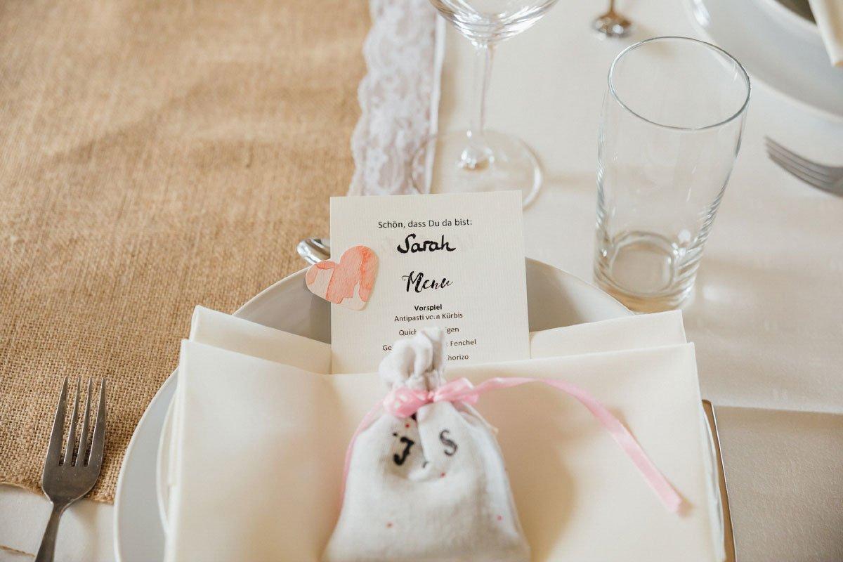 Hochzeit von Judith und Sebastian im Kräutergarten Klostermühle in Edenkoben: Lavendelsäckchen als Gastgeschenk