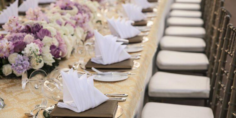 20 Beispiele für Tischdekoration auf langen Tafeln bei der Hochzeit