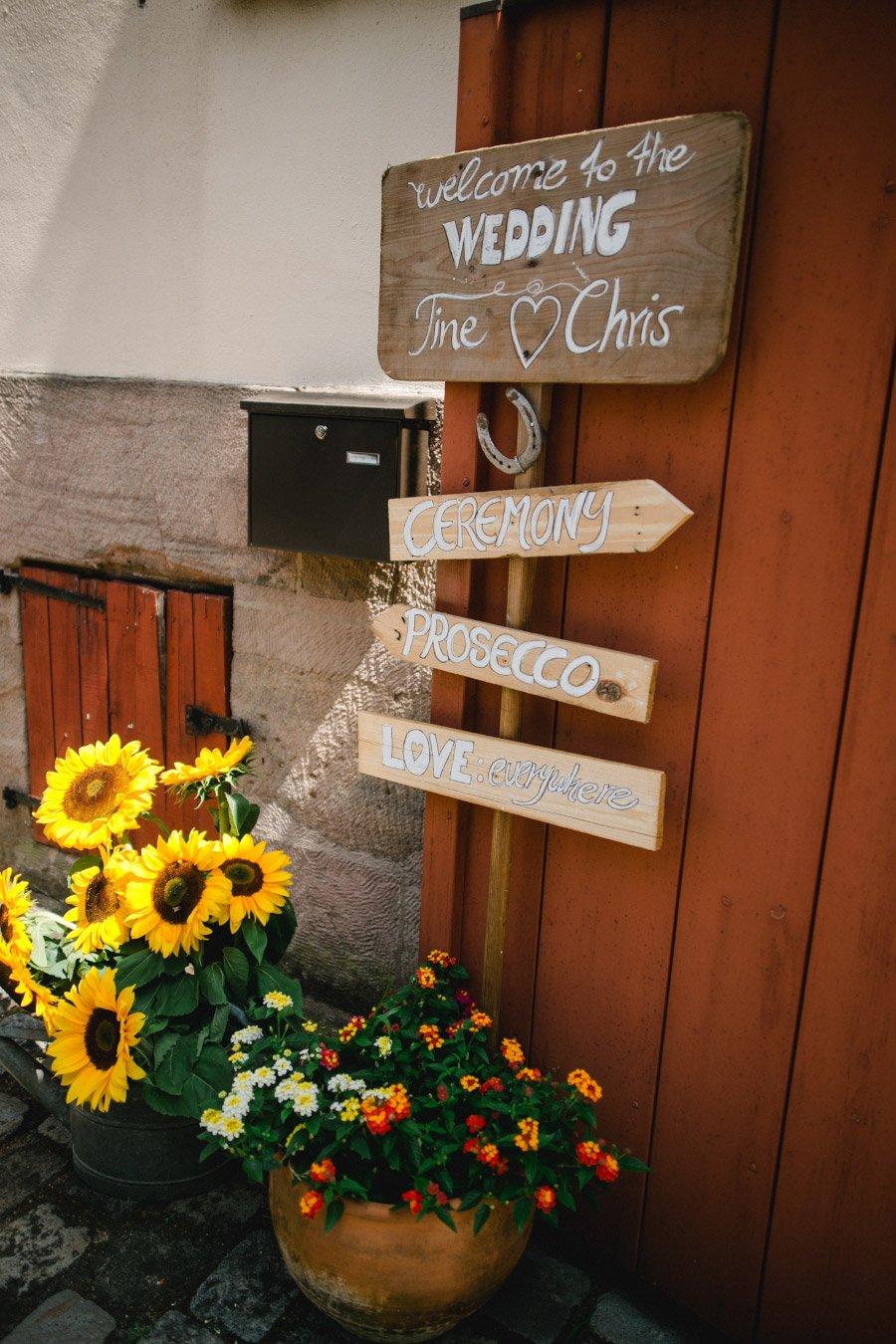 Holzschild als Wegweiser bei der Hochzeit von Christine & Christian mit Feier im Roter Ochse Kalchreuth