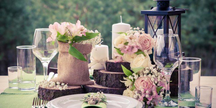 Baumscheiben für die Tischdeko bei der Hochzeit
