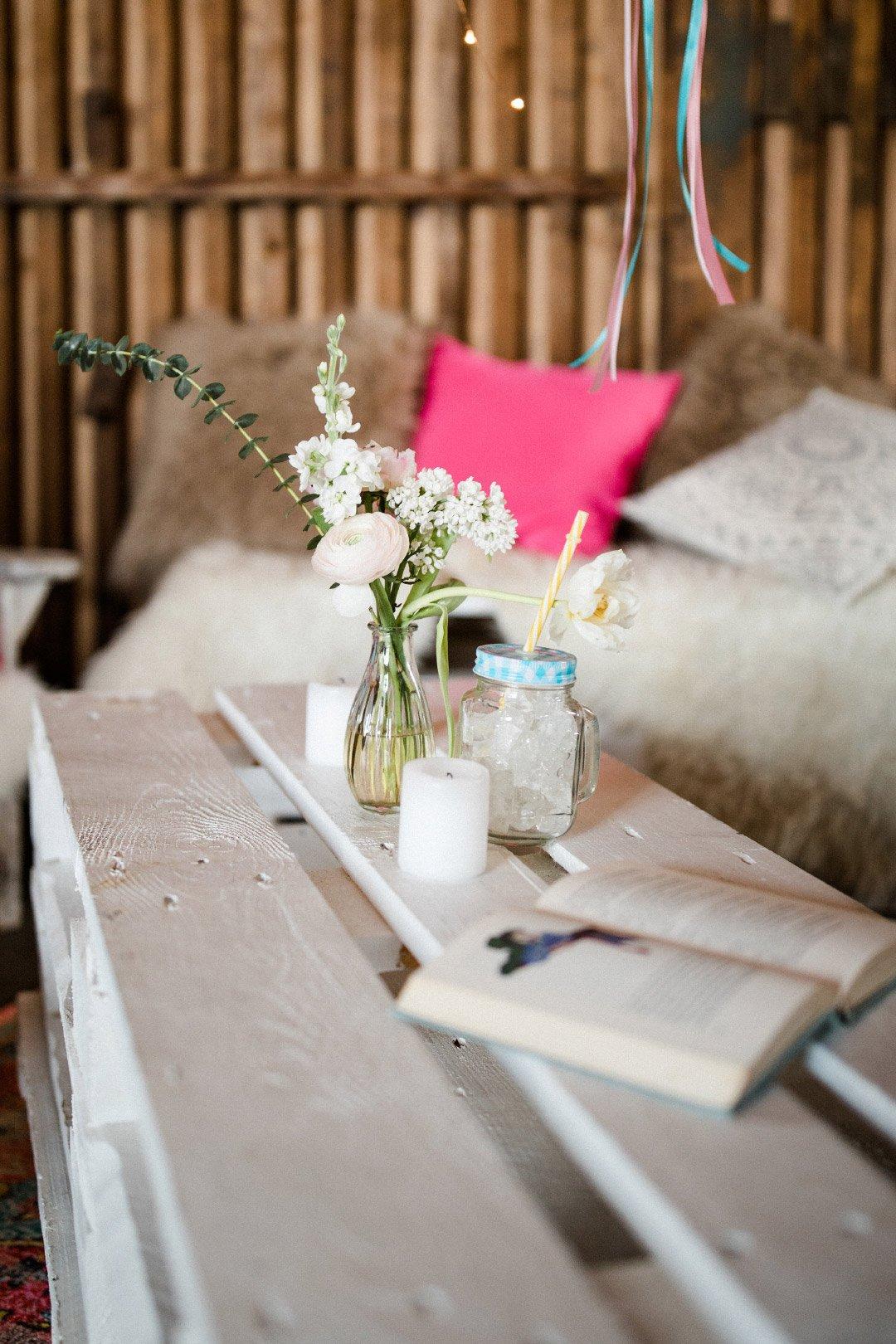 Blogger-Ecke beim Brautshooting 2018 vom JA-Hochzeitsshop: Holzpaletten als Tisch