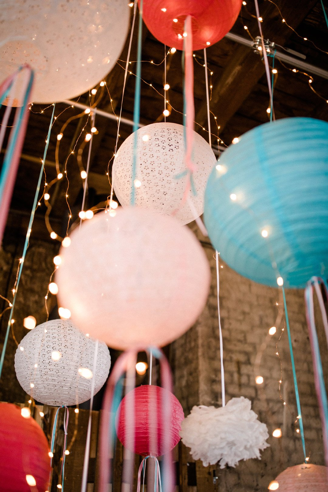 Blogger-Ecke beim Brautshooting 2018 vom JA-Hochzeitsshop: PomPoms mit Lichterkette