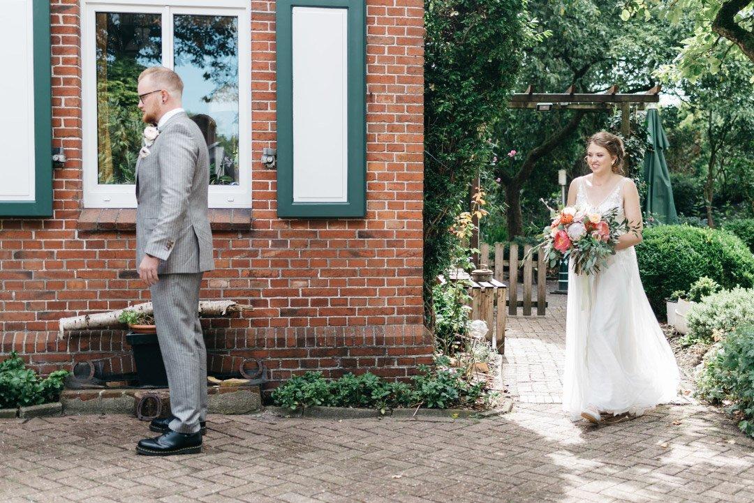 Der First Look von Braut und Bräutigam