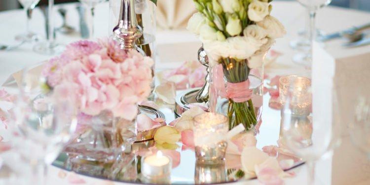 Runde Spiegel für die Tischdeko bei der Hochzeit