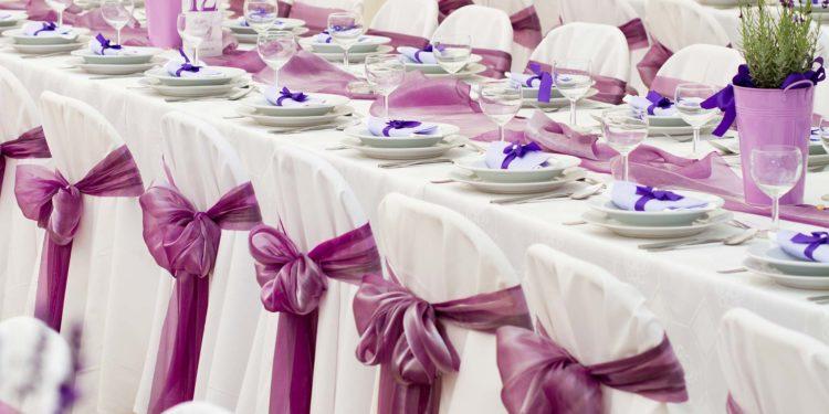 Stuhlschleifen als Dekoration bei der Hochzeitsfeier