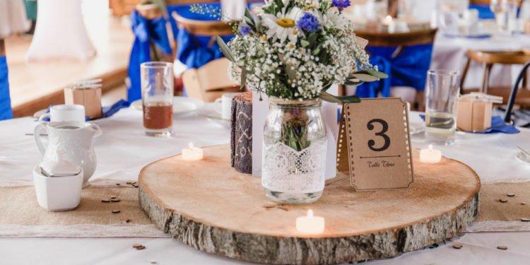 Eine Baumscheibe als Basis für die Tischdeko bei der Hochzeit