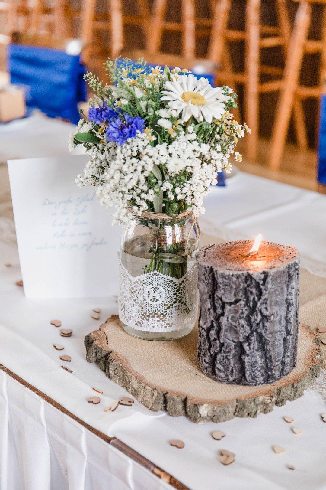 Tischdekoration mit Holzscheibe