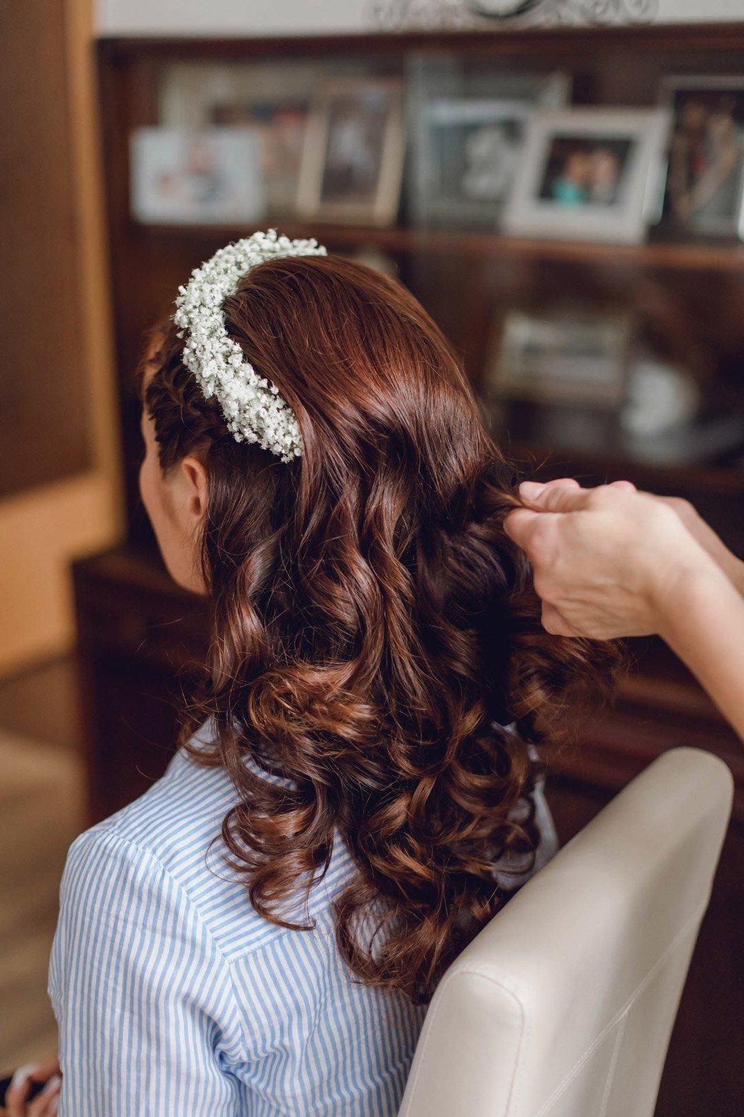 Braut bekommt beim Getting Ready die Haare gemacht