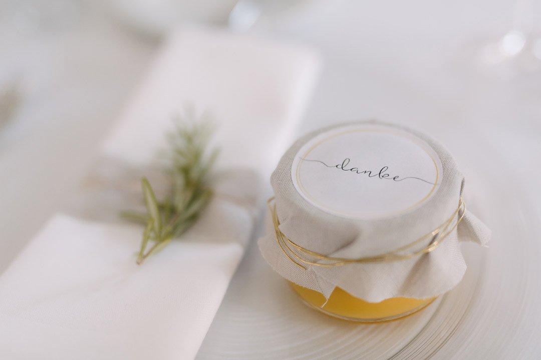 Marmelade in einem kleinen Glas als Gastgeschenk bei der Hochzeit