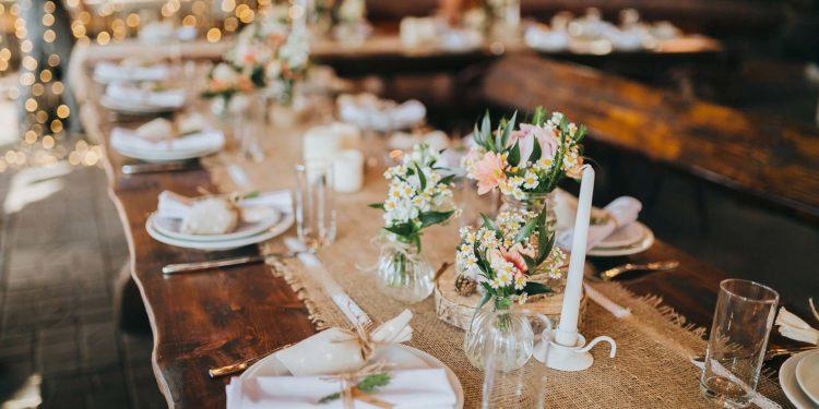 Jute-Spitzen-Läufer für die Tischdeko bei der Hochzeit