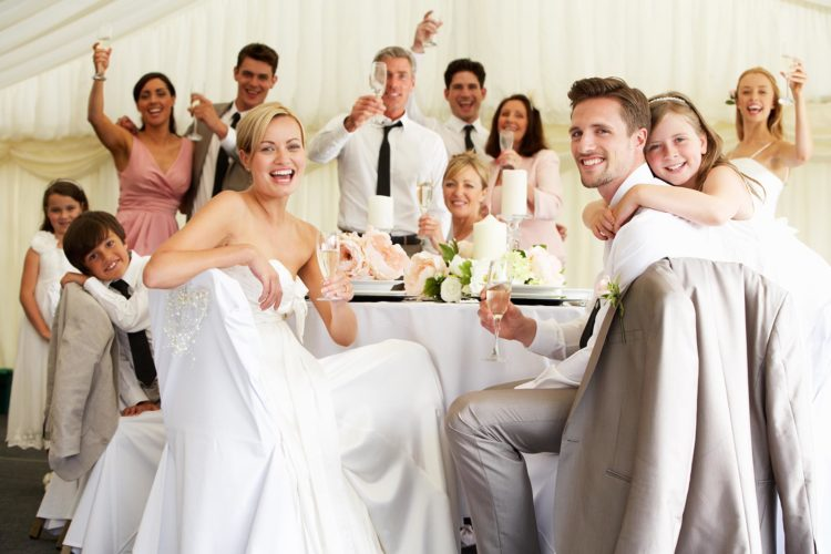 Arbeitskollegen zur eigenen Hochzeit einladen: Vorteile und Nachteile