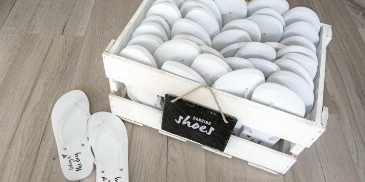 Flip Flops für müde Tanzfüße bei der Hochzeitsfeier