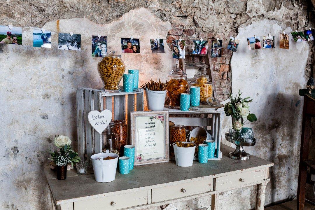 Dekoration mit Kisten aus Holz bei der Hochzeit