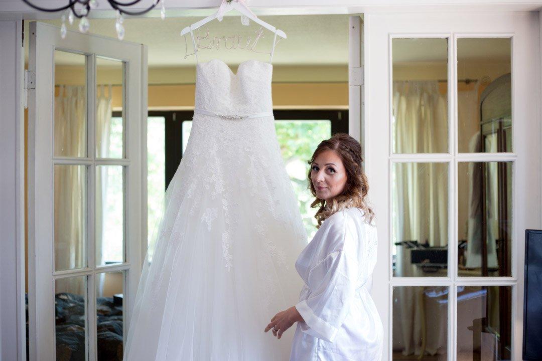 Carolin mit ihrem Brautkleid