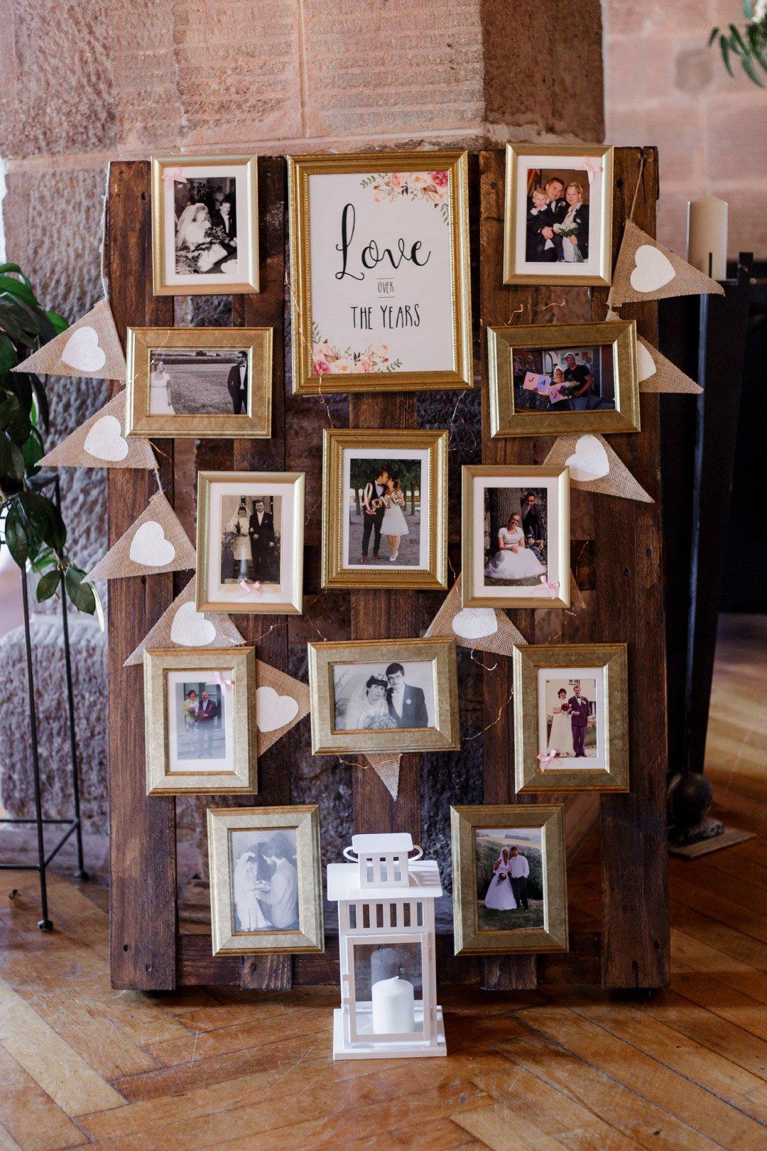 Eine Wand mit Bilderrahmen lauter Erinnerungen von vergangenen Jahren