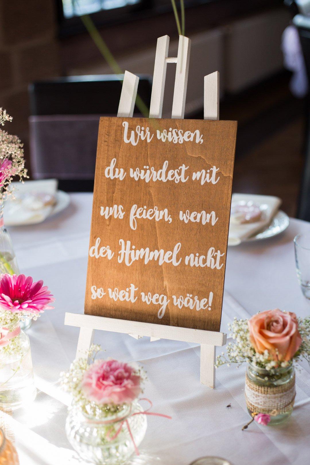 Aufsteller um an verstorbene Personen bei der Hochzeit zu erinnern