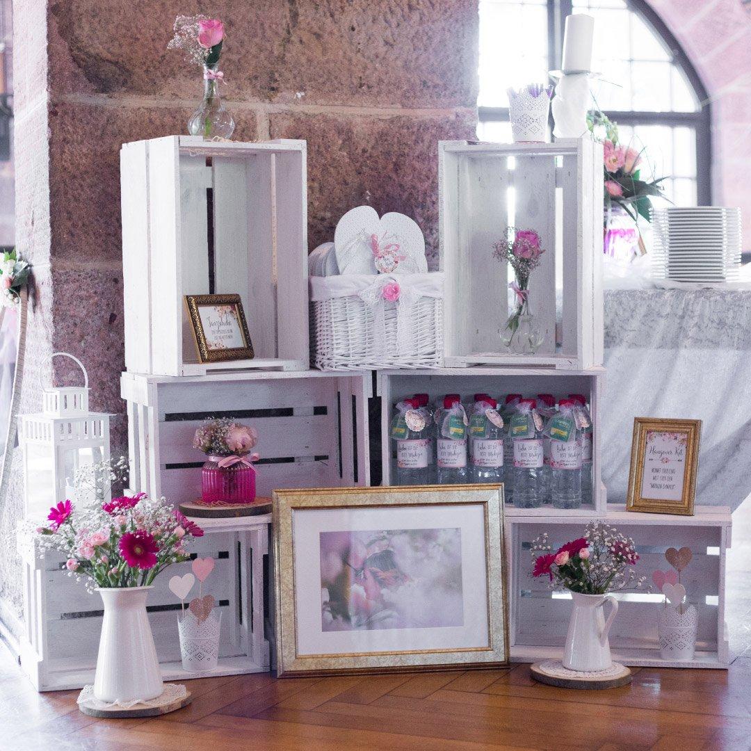 Dekoration mit weißen Holzkisten bei der Hochzeit von Carolin und Marcus