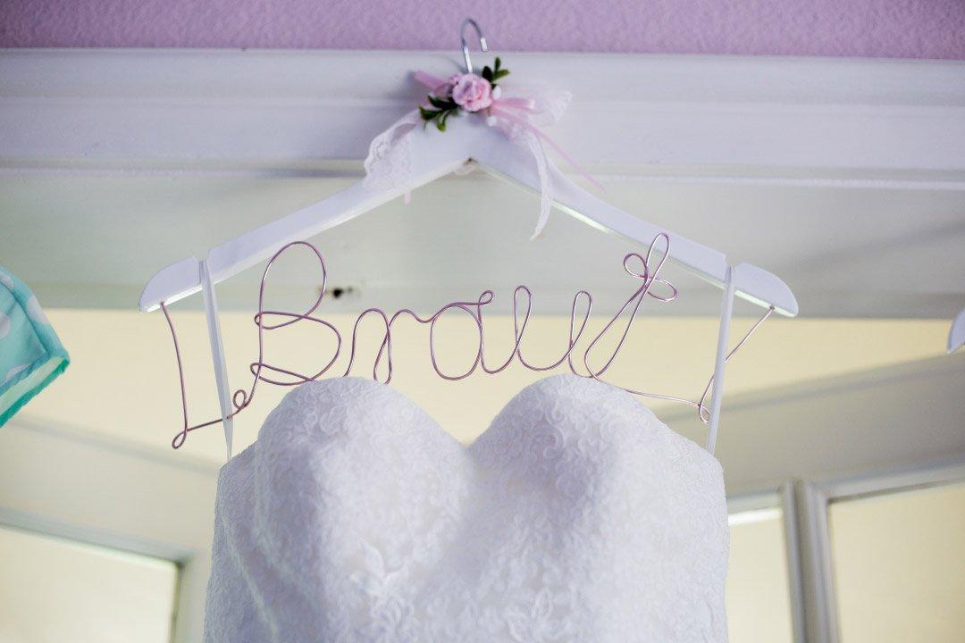 Kleiderbügel mit Draht und der Schrift Braut