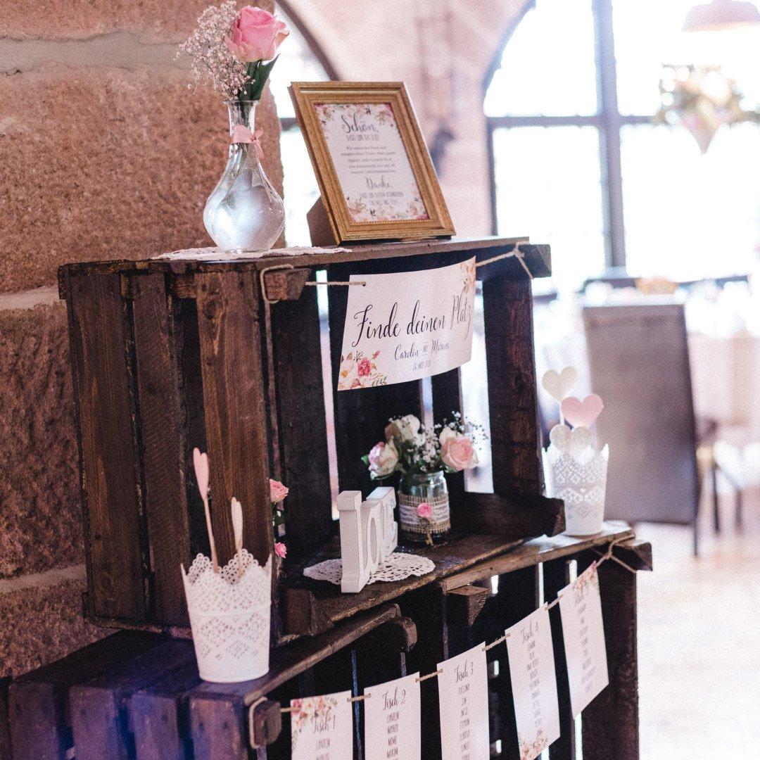 Sitzplan / Tischplan zur Hochzeit mit Holzkisten
