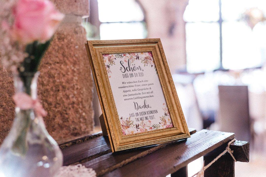 Schön, dass ihr hier seid Schild bei der Hochzeit