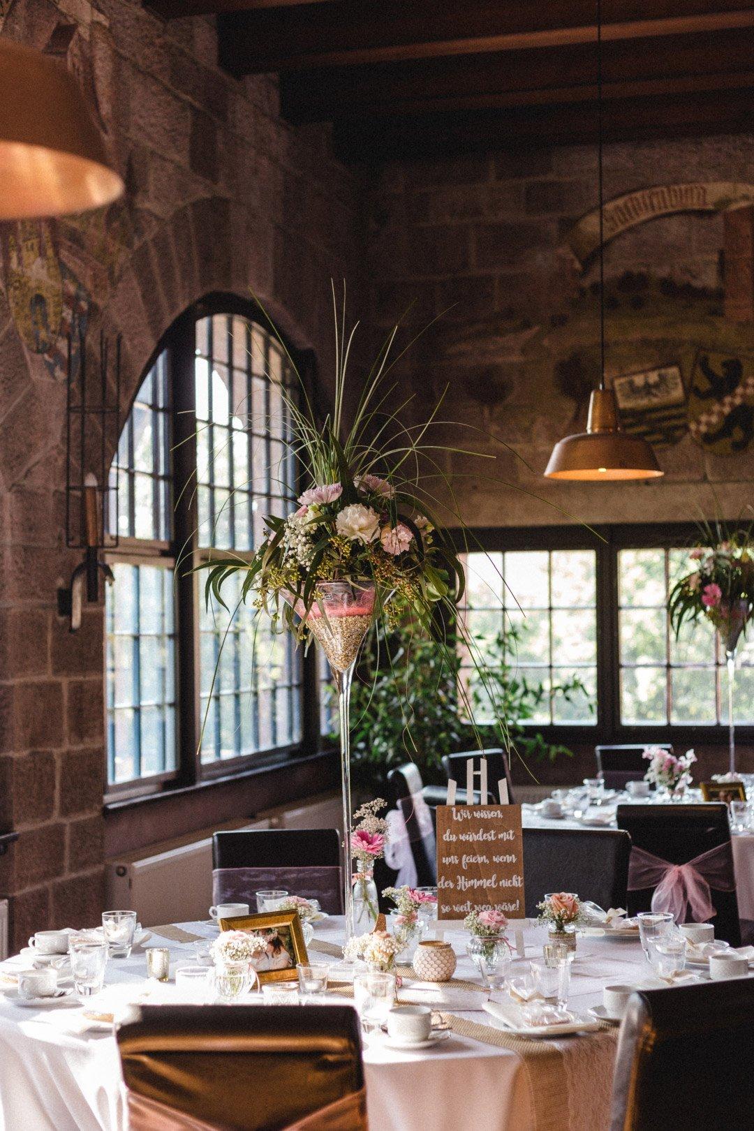 Tischdeko bei der Hochzeit mit großem Martiniglas und Blumen