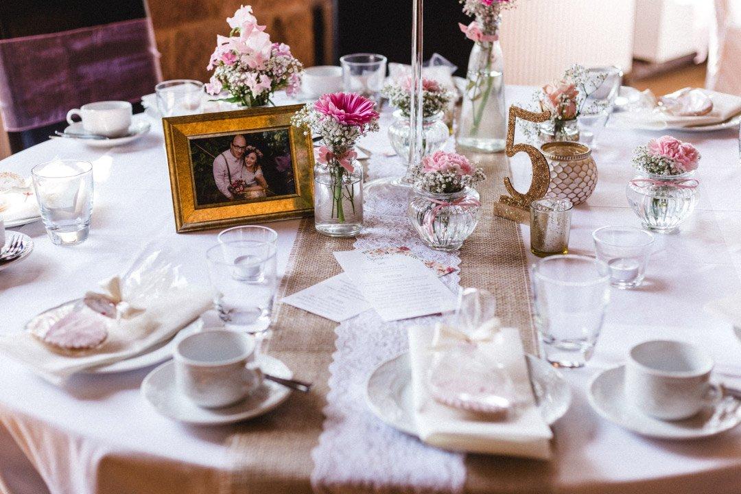 Tischdekoration im Vintage Stil mit Jute-Spitzen-Läufer