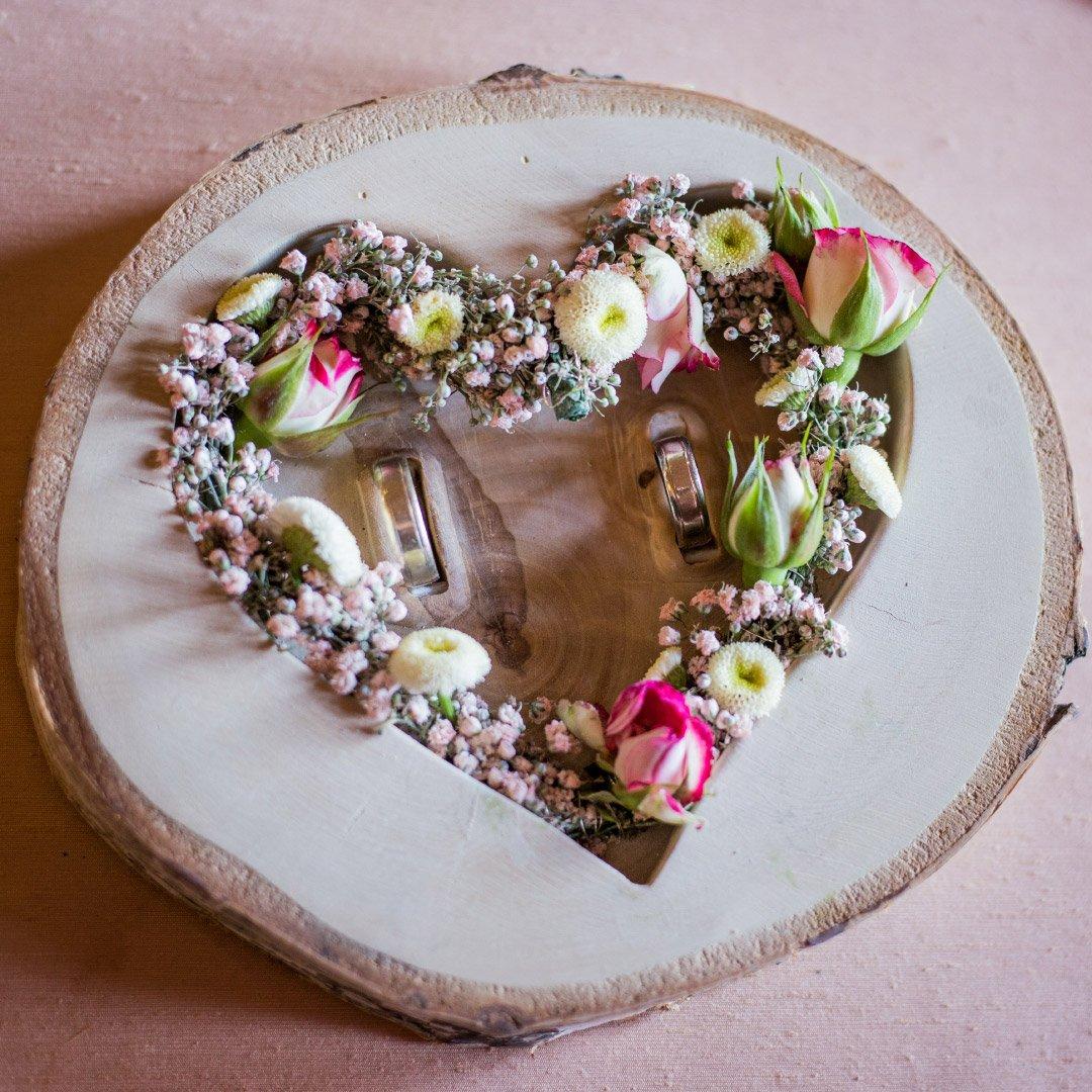 Eine Ringschale aus Holz mit Blumen
