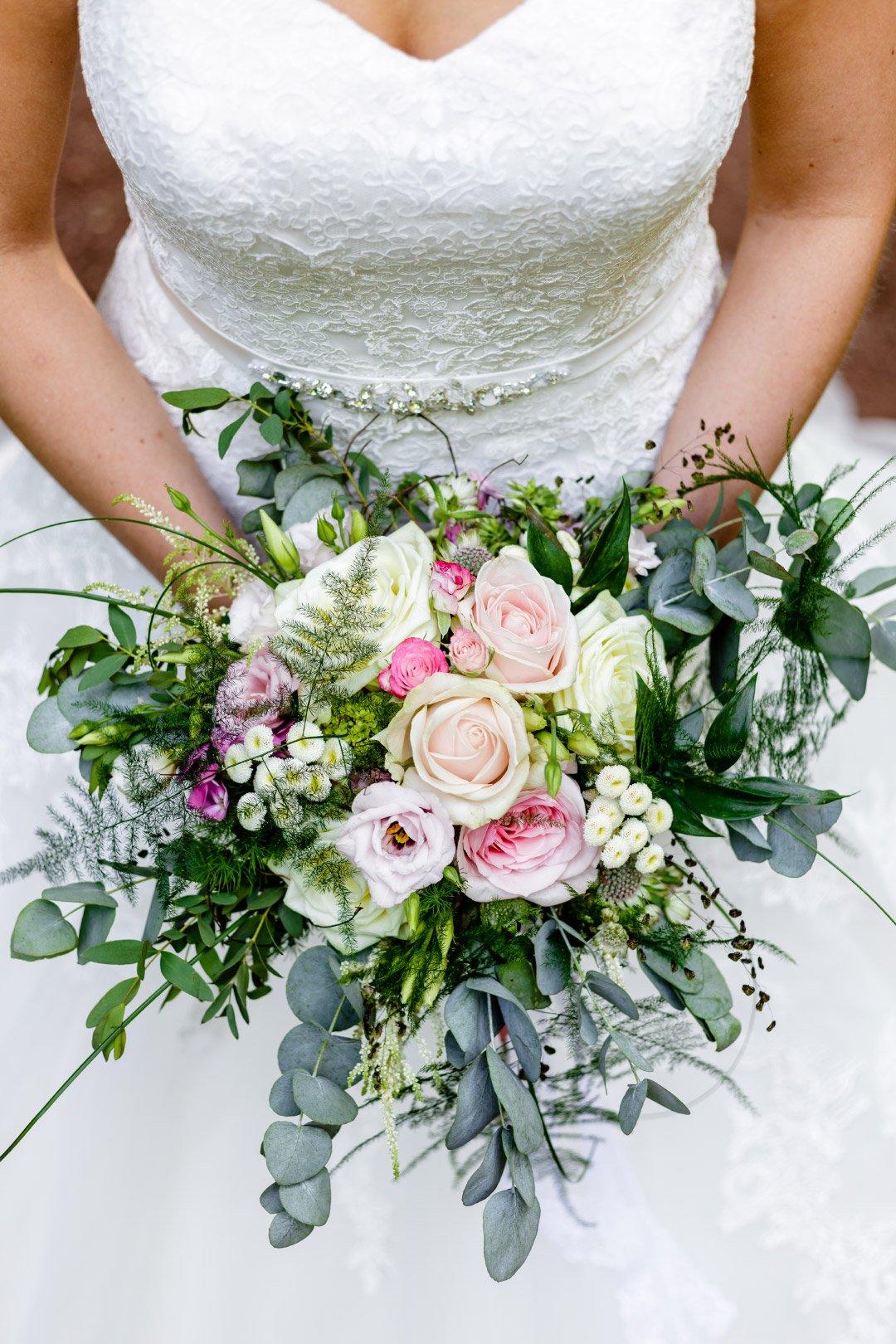 Offener Brautstrauß mit Rosen und Eukalyptus