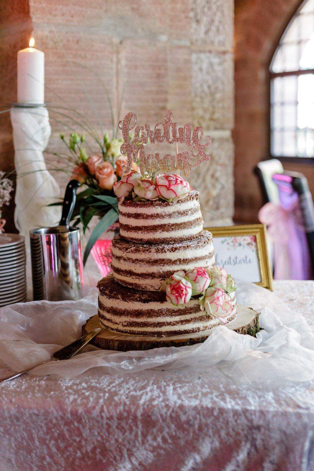 Naked Cake bei der Hochzeit mit großem Caketopper