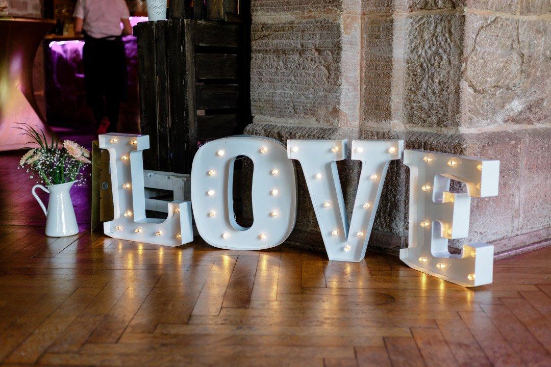 LOVE Metallbuchstaben bei der Hochzeit