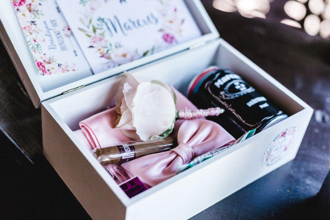 Eine Kiste als Überraschung für den Bräutigam am Tag der Hochzeit