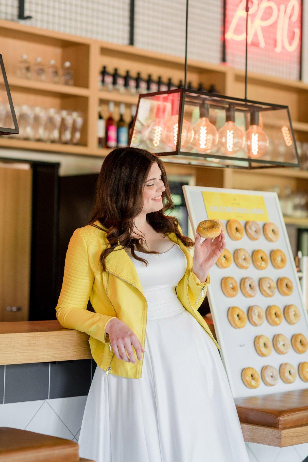 Braut mit Donut von der Donut-Wall