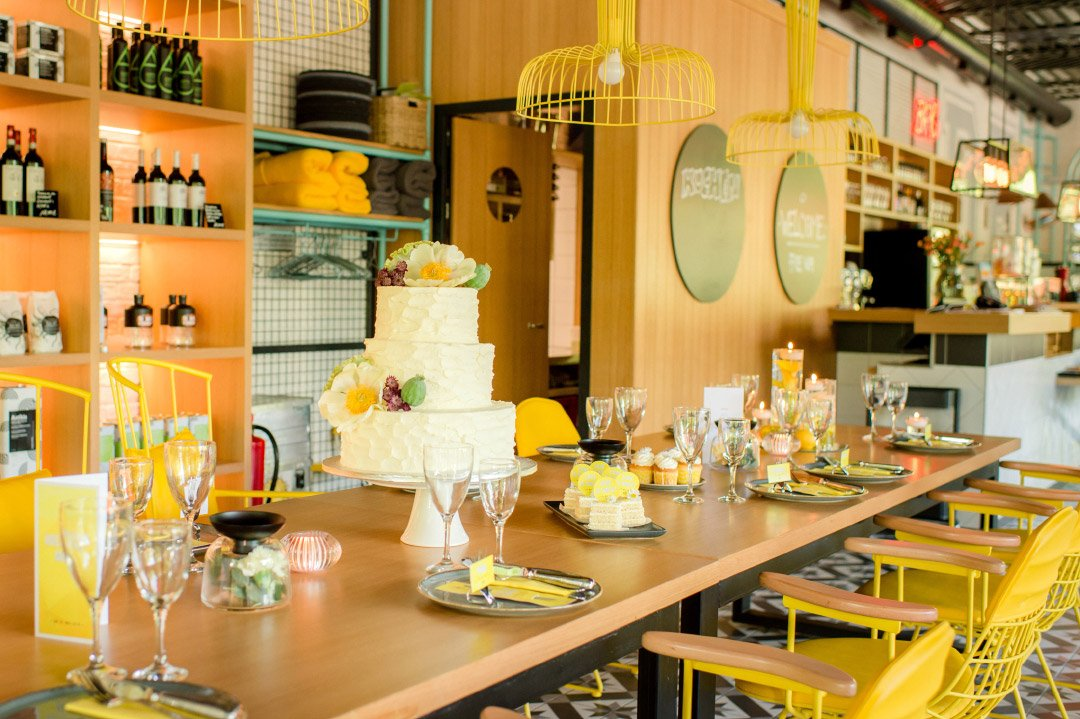 Gedeckter Tisch bei der Hochzeit mit gelben Akzenten