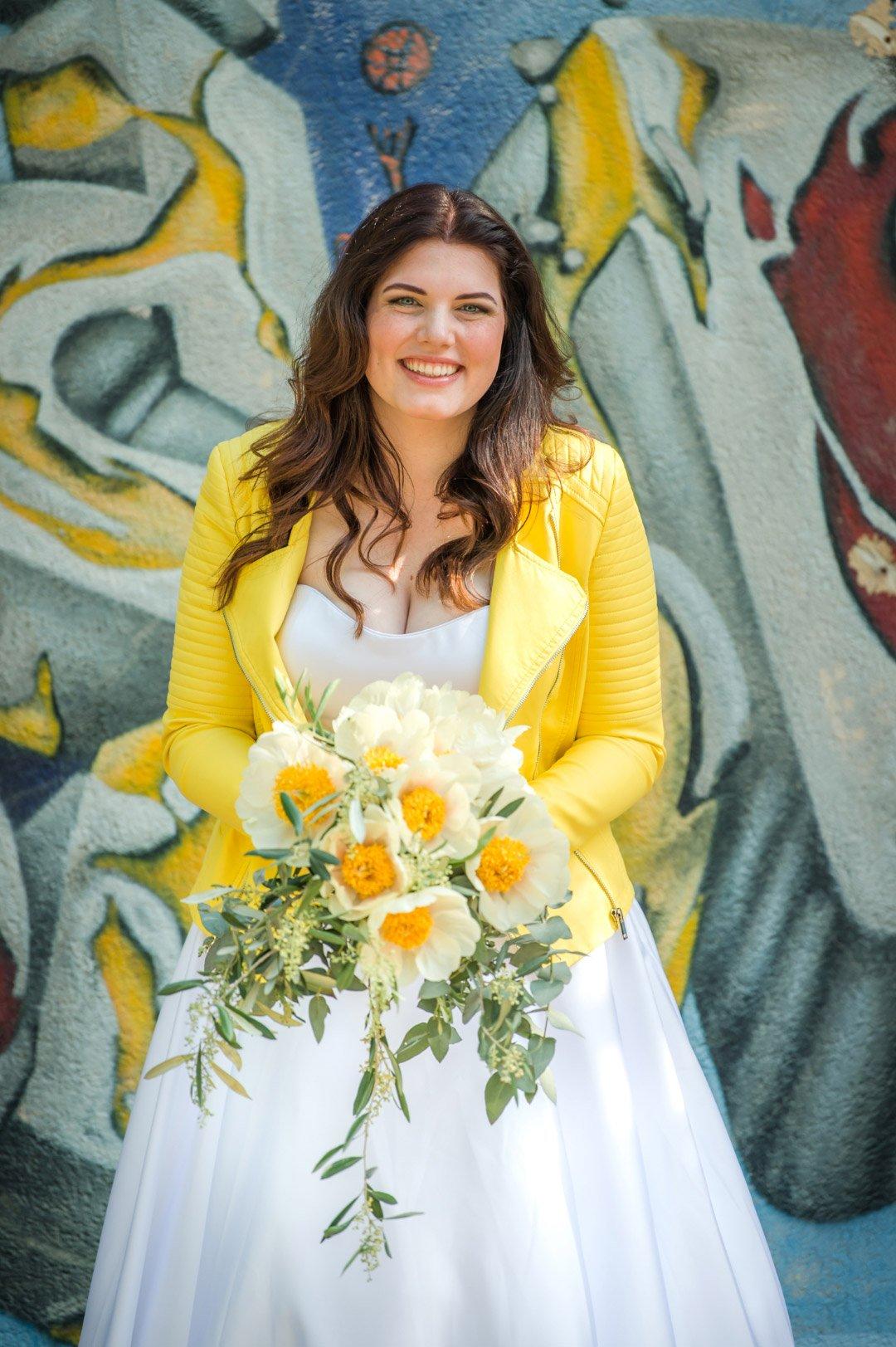 Braut mit gelber Jacke