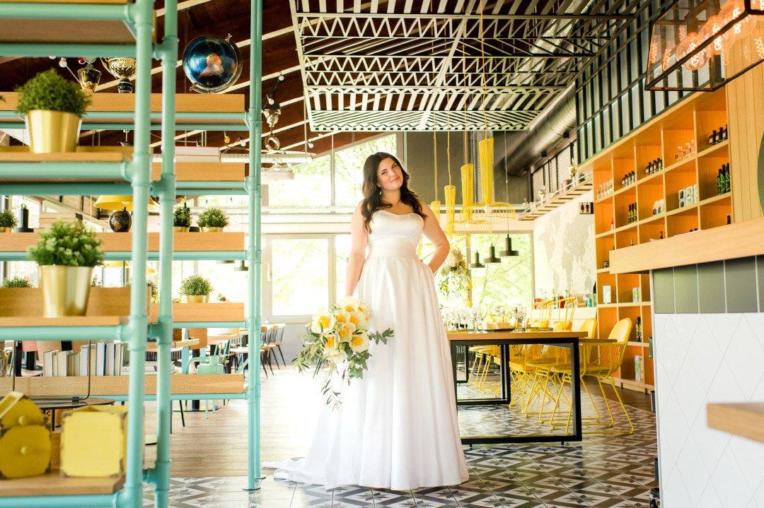 Braut mit Brautstrauß in Gelb
