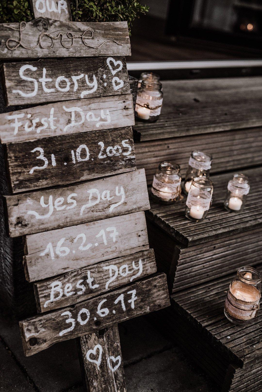 Lovestory vom Brautpaar auf Holz geschrieben