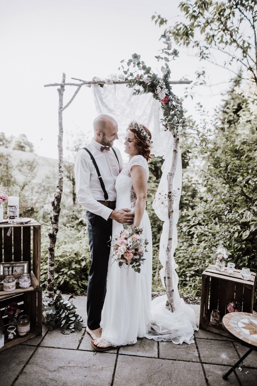 Brautpaar am Traubogen