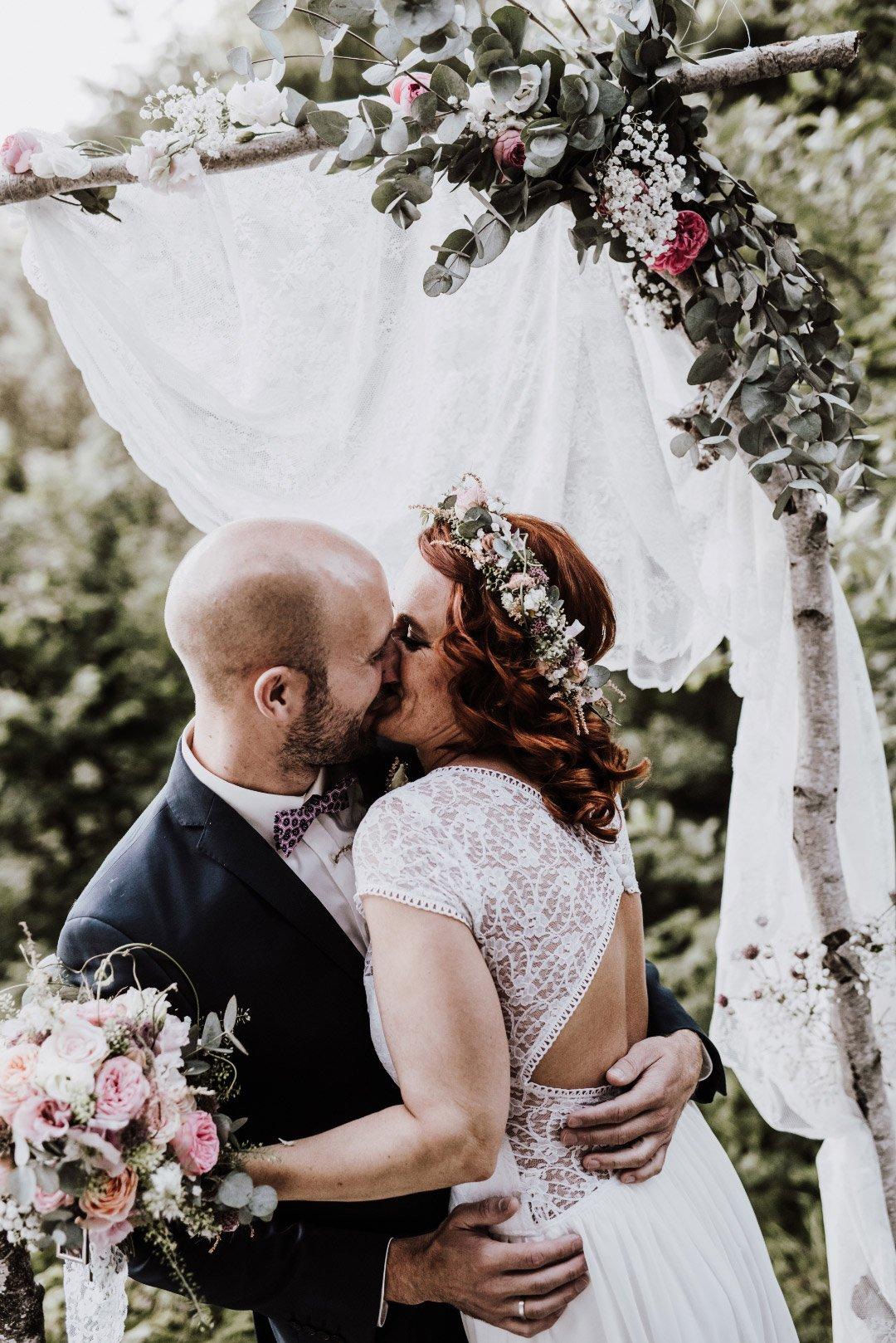 Braut und Bräutigam am Traubogen