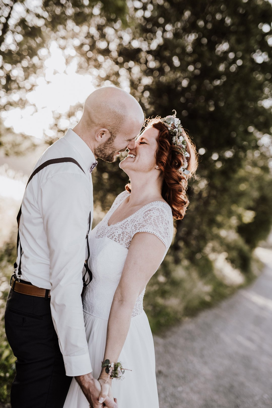 Bräutigam küsst Braut