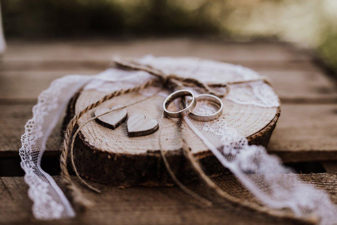 Ringe auf einer Holzscheibe