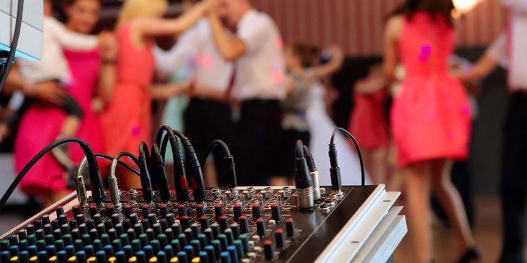 DJ für die Hochzeit finden: so funktioniert es ganz einfach!