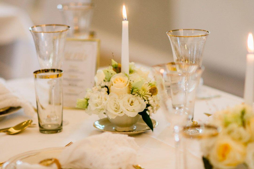 Tischdeko mit weißen Rosen
