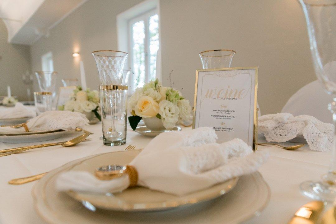Tischdeko bei der Hochzeit in weiß und gold