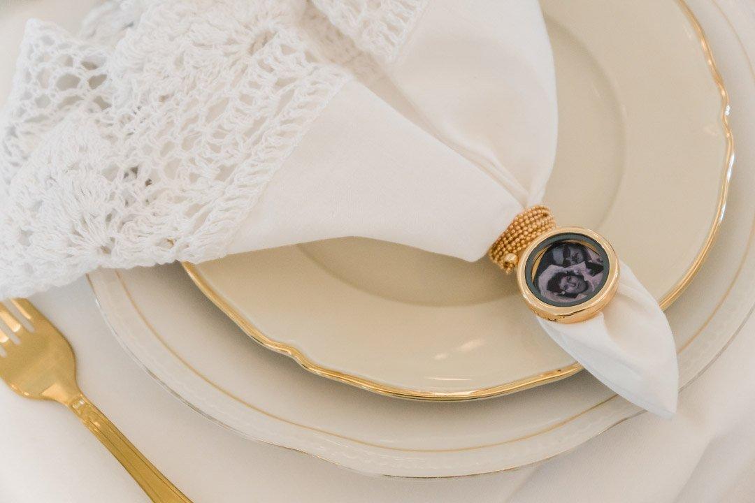 Serviette bei der Hochzeit mit Medaillon