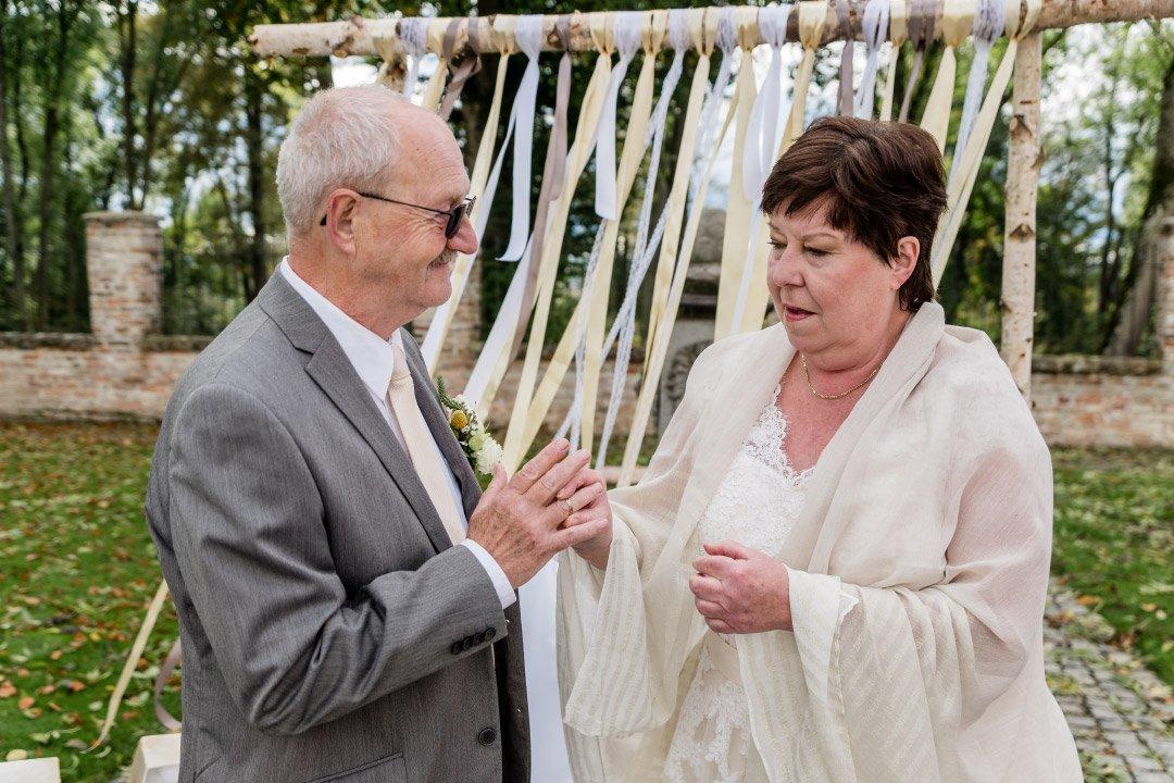 Braut und Bräutigam an bei ihrer goldenen Hochzeit zum 50. Hochzeitstag