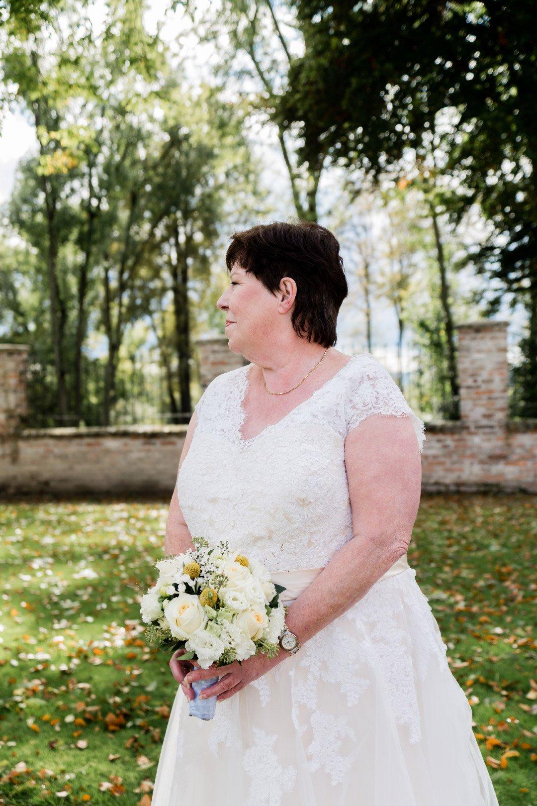 Braut hält Brautstrauß mit weißen Rosen