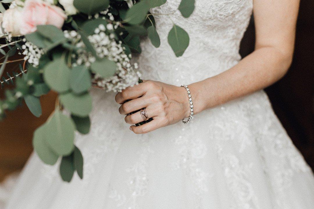 Auch ein hübsche Kette am Handgelenk darf eine Braut am Tag der Hochzeit tragen