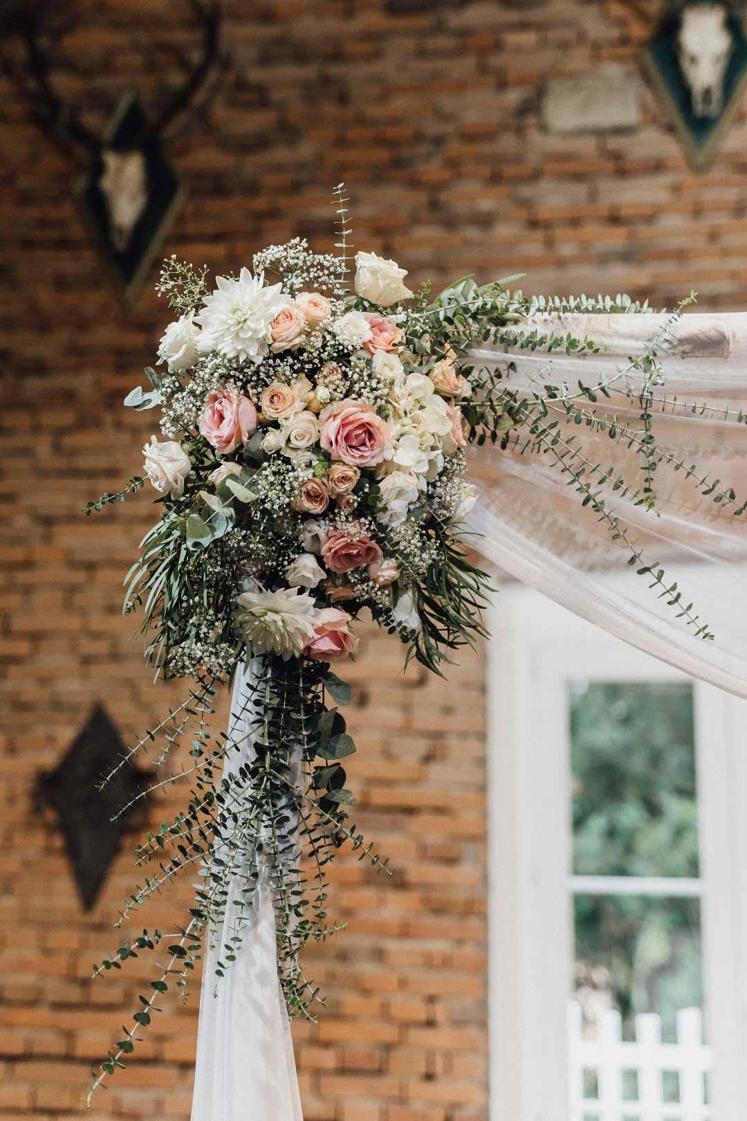 Blumenkranz am Hochzeitsbogen